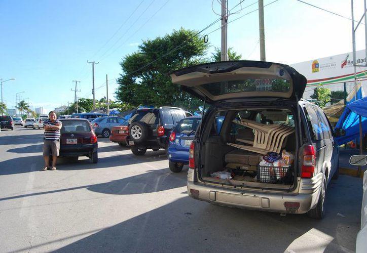 Los docentes guardaron en sus automóviles las lonas, trastes, sillas y todo aquello que utilizaron durante el plantón. (Tomás Álvarez/SIPSE)