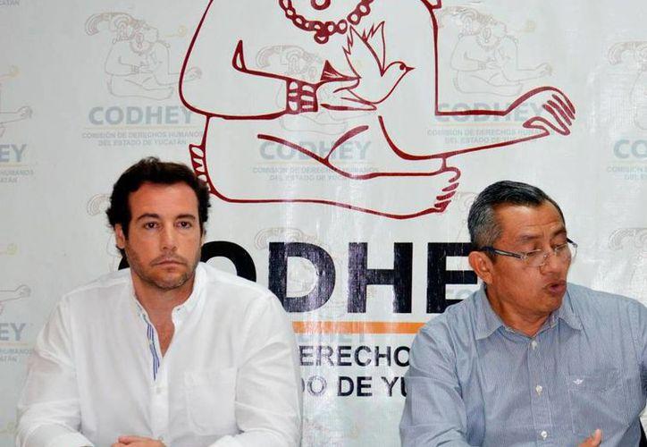 La Codhey, encabezada por el José Enrique Goff Ailloud (izq.), emitió una recomendación contra el Ayuntamiento de Tekax, por un acto de tortura de policías contra un ciudadano. La imagen es de archivo y está utilizada solo con fines ilustrativos. (Archivo/SIPSE)