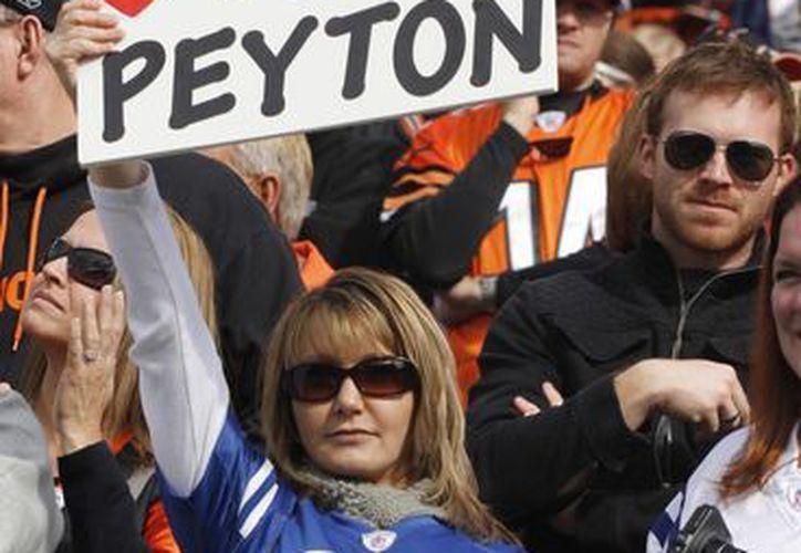 """Una fan de los Potros levanta un cartel en el que se lee """"Te extrañamos Peyton"""". (Foto: Agencias)"""