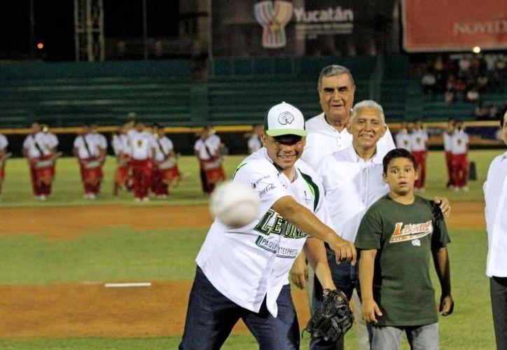 El Gobernador inauguró la temporada 2014 de la Liga Mexicana de Béisbol, en el estadio de béisbol Kukulcán. (Cortesía)