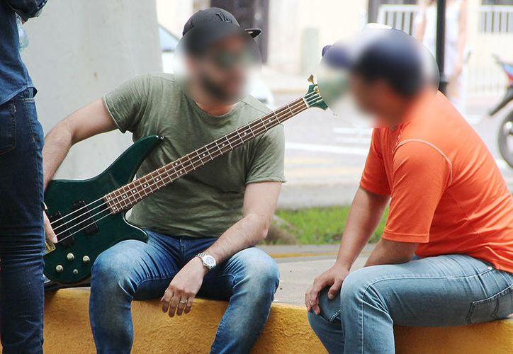 El músico recupero por lo menos uno de los instrumentos que le robaron el mes pasado. (Aldo Pallota/SIPSE)