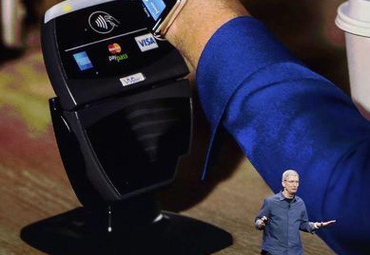 El CEO de Apple, Tim Cook explica cómo funciona el reloj de Apple en conjunción con Apple Pay. (Agencias)