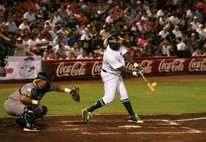 El león dominicano Jesús <i>Cacao</i> Valdez hace el <i>swing</i>. (Amílcar Rodríguez/SIPSE)