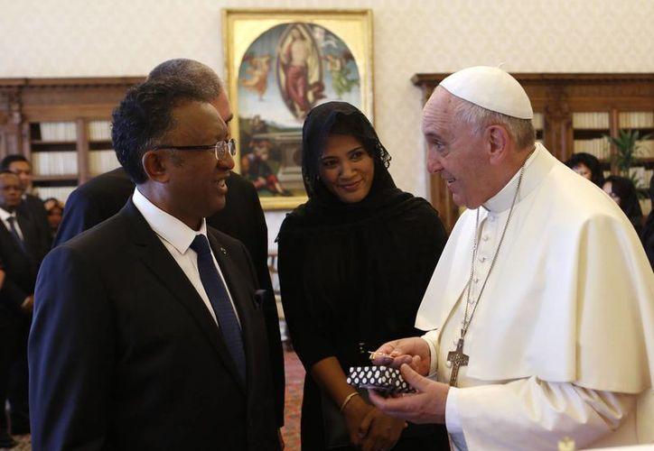 El Papa con el presidente de Madagascar, Hery Rajoanarimampianina, durante uno de sus más recientes compromisos en el Vaticano. (Foto: AP)