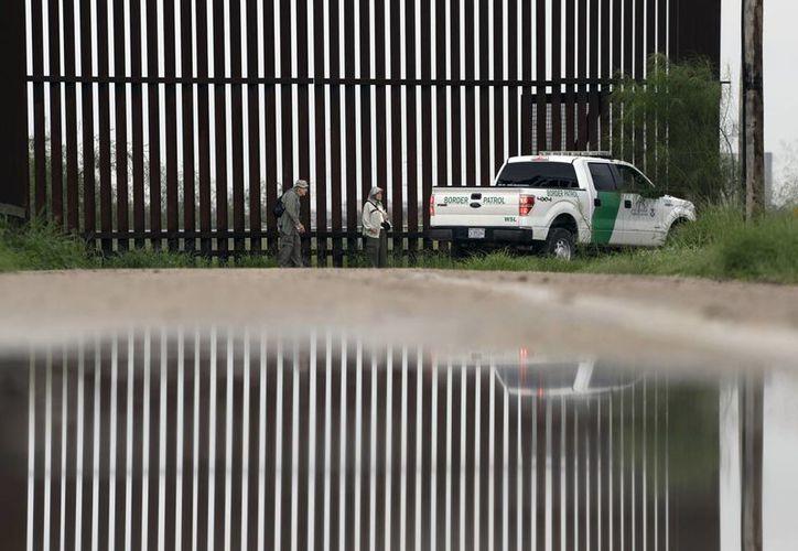 Un agente de la Patrulla Fronteriza de los Estados Unidos pasa a los observadores de aves Rayborn y Nancy Hill a lo largo de una sección de muro fronterizo en Hidalgo, Texas. (AP/Eric Gay)
