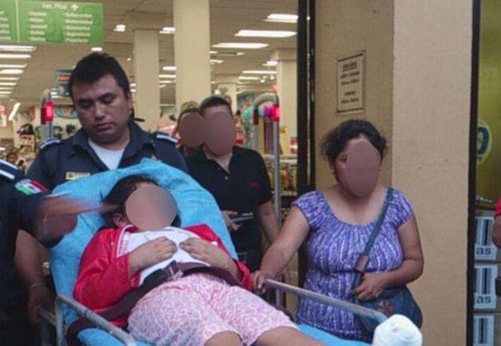 Una niña de 7 años de edad resultó lesionada cuando la suela de su calzado se atoró en la parte final de la escalera eléctrica, en una tiene departamental del Centro de Mérida. (Milenio Novedades)