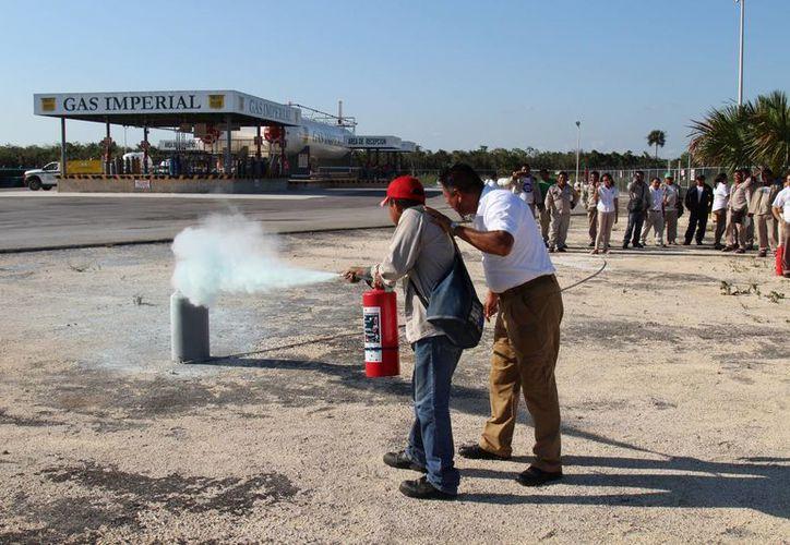 Capacitaron en manejo de extintores en situaciones de emergencia. (Jesús Tijerina/SIPSE)