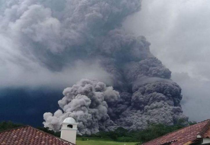 La ceniza que lanzó el volcán alcanzó hasta los 10 mil metros de altura y llegó hasta el departamento norteño de Baja Verapaz y en El Progreso, en el oriente. (El Diario)
