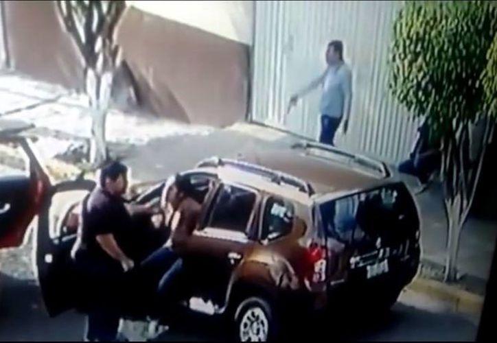 Los vecinos de Ecatepec aseguran que los robos de autos en la zona son constantes. (Captura de pantalla)