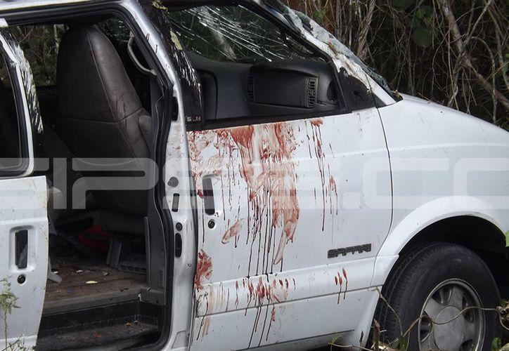 El estallido de un nemumático provocó que la camioneta volcara en la autopista Mérida-Cancún. (SIPSE)