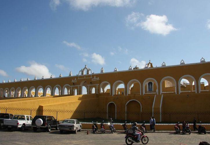 El proyecto 'Senderos de luz' incluye recorridos por los edificios más emblemáticos de Izamal, Yucatán. (SIPSE)
