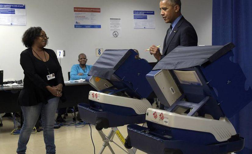 El presidente Obama votó el viernes de manera anticipada durante una visita a Chicago. (AP Photo/Susan Walsh)