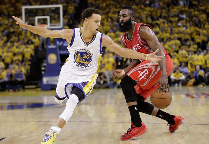James Harden (d) y Stephen Curry son dos de los jugares que integran el Primer Equipo NBA 2014-2015. (Foto: AP)