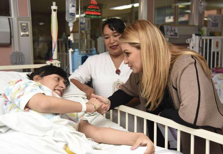 La esposa del presidente Enrique Peña Nieto visitó a los pequeños que se encuentran internados en el Hospital Infantil de México. (Notimex)