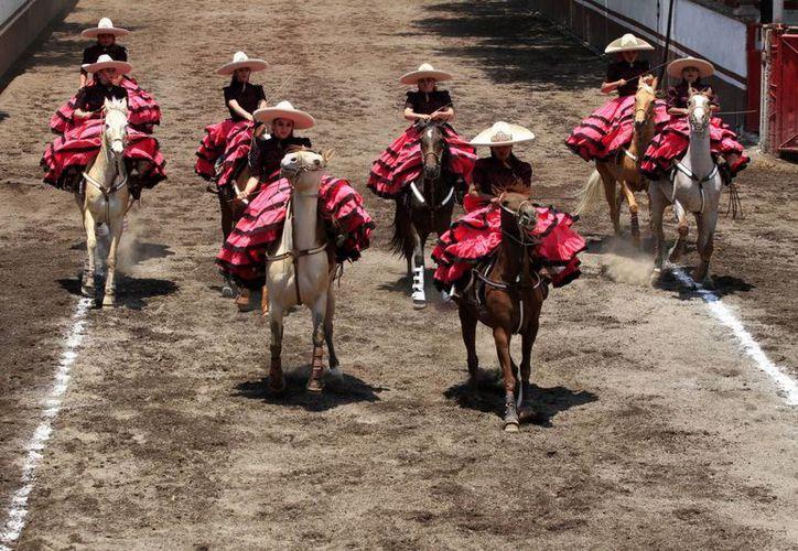 La incorporación de la mujer al llamado 'deporte nacional de México' es reciente. Las escaramuzas ofrecen un colorido espectáculo en el ruedo. (Notimex)