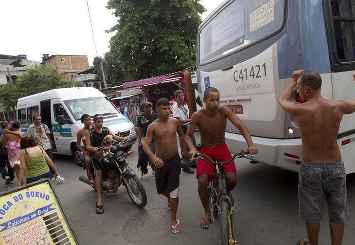 """Dos tercios de las dos mil personas encuestadas en 63 favelas de todo el país dijeron que no saldrían de las también llamadas """"villas miseria"""". (AP)"""