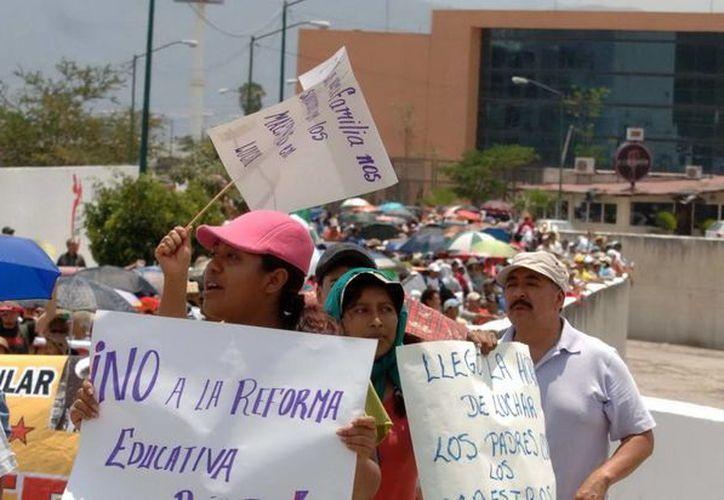Aspecto de una marcha frente al Palacio de Gobierno de Guerrero. (Archivo/Notimex)
