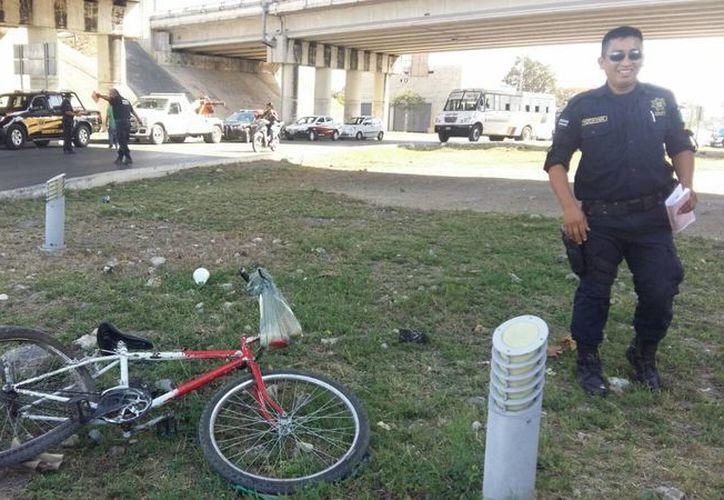 El conductor de una grúa atropelló a un ciclista que circulaba bajo el puente de periférico y Av. Fidel Velázquez. (Fátima R. Vasconcelos/Sipse Noticias)