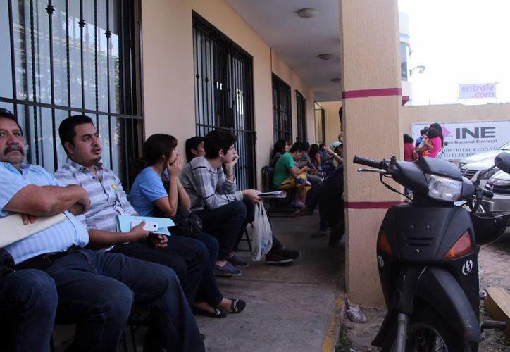 Las colas de gente para actualizar las credenciales electorales fueron interminables a unos cuantos días de que se cierre el plazo. (SIPSE)