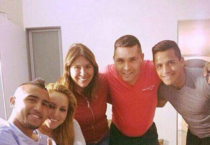 """En su cuenta de Twitter, el chileno Arturo Vidal subió una foto mostrando la pierna derecha vendada y el mensaje: """"La operación salió muy bien!!! Ahora a poner todo para estar con mis compañeros en Brasil!!"""". (@kingarturo23)"""