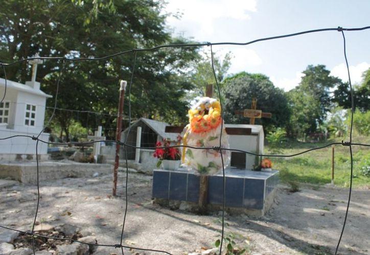 El Panteón Municipal no cuenta con alguna barda para delimitar el acceso, sólo una tumba cuenta con una malla y está apartada de las demás, manifiestan los habitantes. (Edgardo Rodríguez/SIPSE)