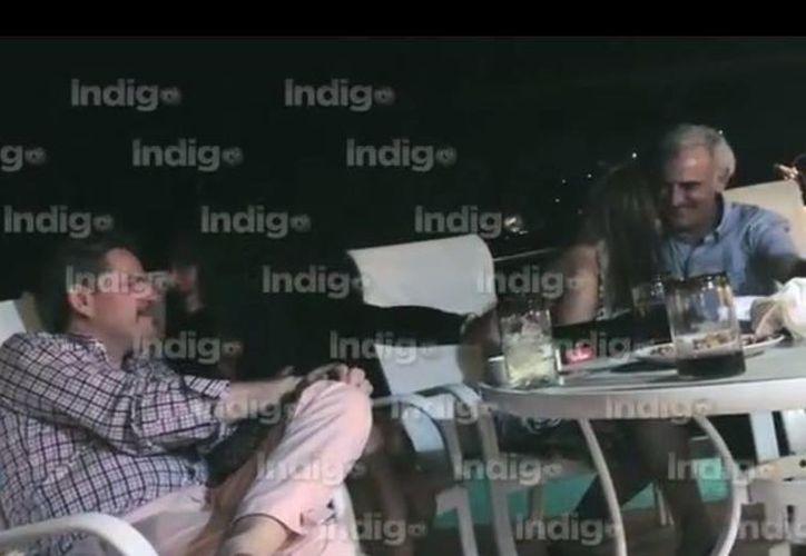 En las imágenes se puede ver a Jorge Iván Villalobos (izq), diputado federal por Sinaloa del PAN, en la terraza de la casa donde se realizó la fiesta, conviviendo con unas de las mujeres invitadas a la reunión. (Captura de Pantalla/YouTube)