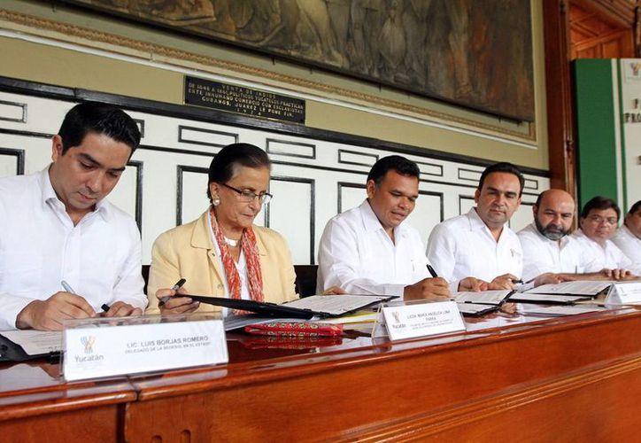 La firma se realizó en el Salón de la Historia de la sede del Poder Ejecutivo. (Milenio Novedades)