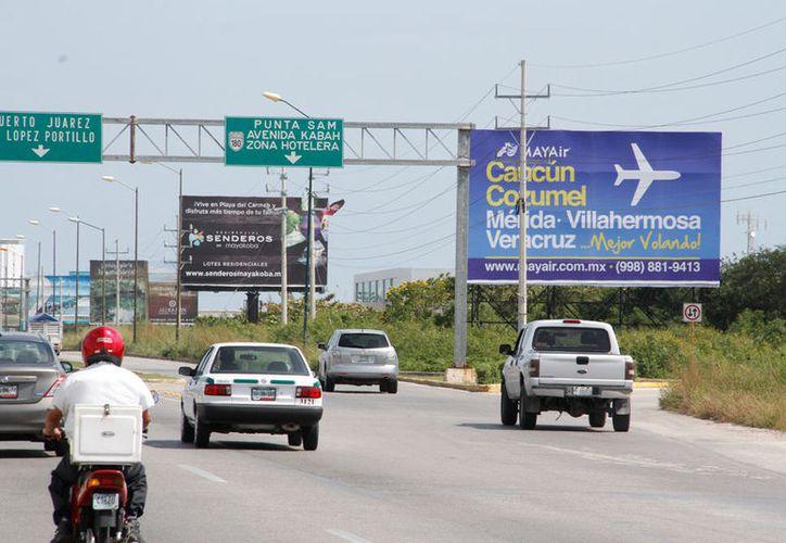 Avenidas como el Bulevar Colosio tendrán mejor imagen sin los anuncios espectaculares. (Israel Leal/SIPSE)