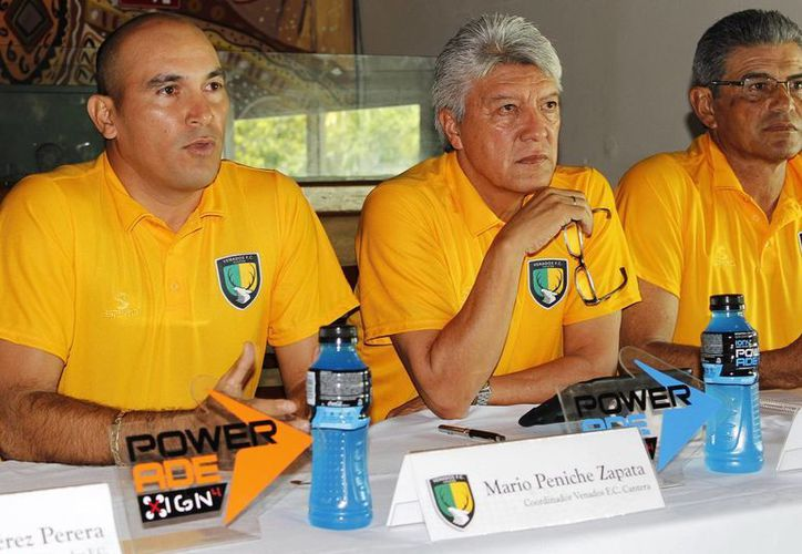 """Jesús """"Chucho"""" Ramírez (centro), al anunciar el I Curso Inductivo de Futbol Venados FC. (Milenio Novedades)"""