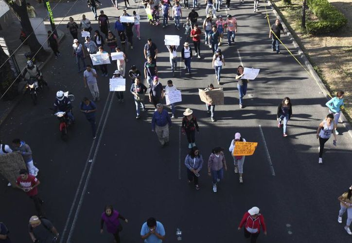 Los bloqueos y manifestaciones en contra del 'gasolinazo' continúan en varias partes de la República. (AP/Marco Ugarte)