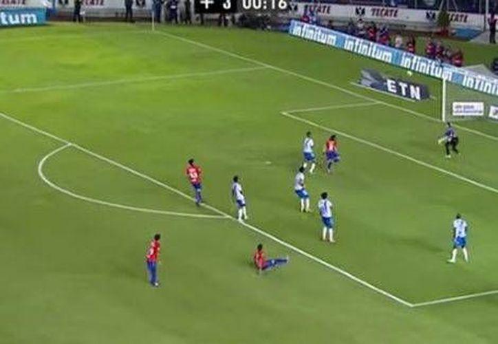 Hay dos goles de jugadores del Futbol Mexicano que compiten para ganar el Premio Puskas, uno es de Marco Fabian (foto), con Cruz Azul, y otro es de Camilo Sanvezzo, de Gallos Blancos, de cuando jugaba en Estados Unidos.