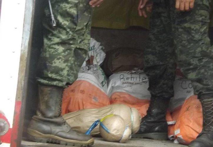 Los soldados adscritos a la 32a Zona Militar revisaron el camión y constataron que tenía materiales explosivos. (Milenio Novedades)