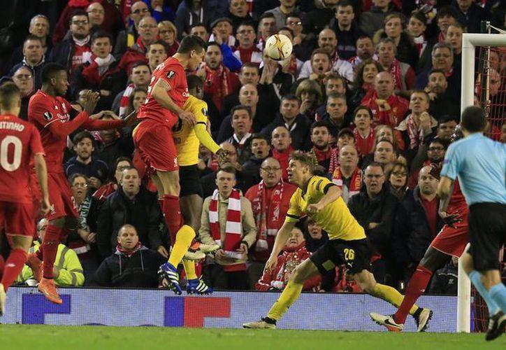 El defensa croata Dejan Lovren marcó en la reposición el gol que le dio el pase a 'semis' a los Reds, en un mítico estadio de Anfield que no paró de apoyar a su equipo. (AP)