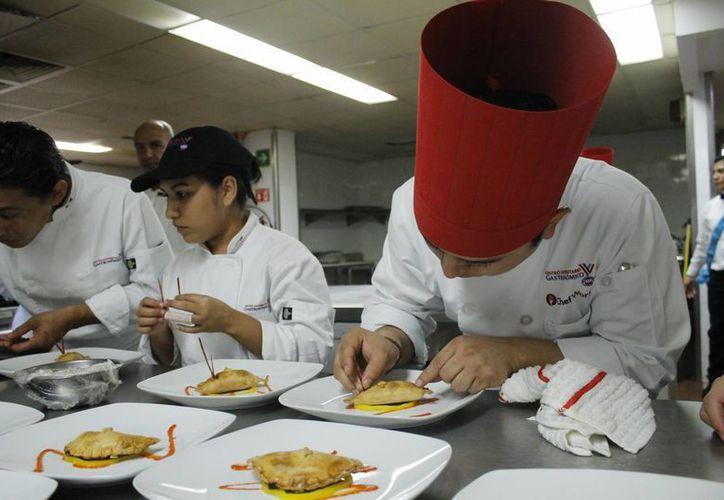 Dan a conocer la comida típica de la región a los visitantes. (Yajahira Valtierra/SIPSE)
