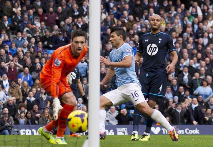 Agüero, del Manchester City anotó un gol en cada tiempo del partido contra el Tottenham. (Agencias)