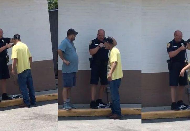 Un oficial de la policía de Florida ayudó al indigente a rasurarse para que consiguiera trabajo. (Foto: Captura de pantalla)
