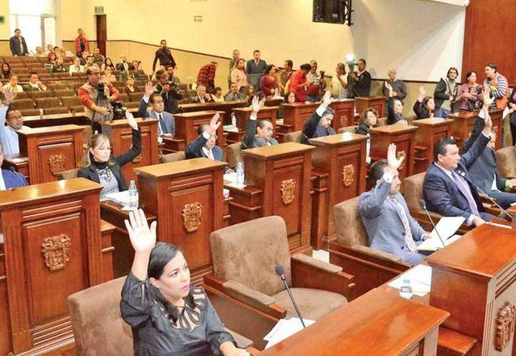 Los 27 diputados de Aguascalientes recibieron un teléfono celular de última tecnología, junto con un paquete de telefonía de 599 pesos mensuales.  (Foto: @CongresoEdoAgs)
