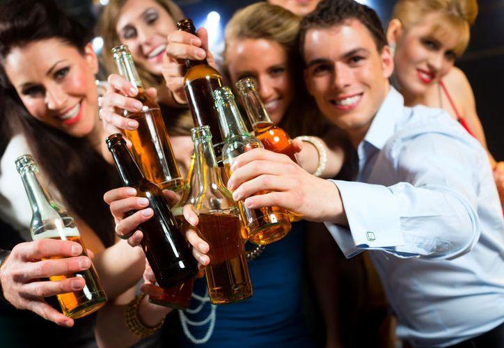 La ingesta elevada de bebidas alcohólicas, activa las neuronas del apetito. (Internet)