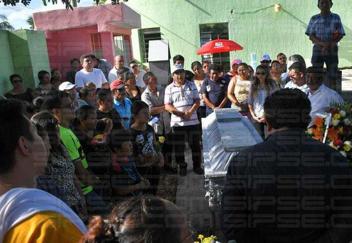 """Entre gritos de """"torero"""" """"torero"""", en punto de las 16:30 horas partió a su última morada el novillero Jesús Campos """"El Teto"""". (Milenio Novedades)"""