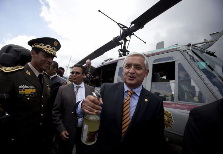 El presidente de Guatemala, Otto Perez Molina (c), participa en un brindis en la entrega que realizo el gobierno de Estados Unidos. (EFE)