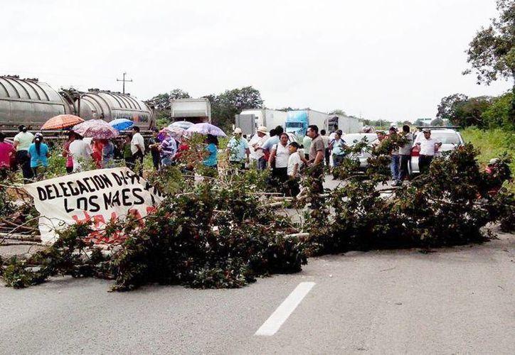 La CNTE cerró la vía a Campeche, a la altura del kilómetro 112. (Milenio Novedades)