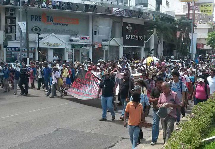 Integrantes de la Ceteg protestan contra la evaluación docente en Acapulco. En la foto, durante una manifestación reciente, pero con motivo de los 43 normalistas de Ayotzinapa desaparecidos en Iguala el año pasado. (Notimex)
