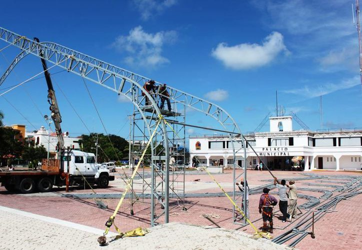 Desde ayer inició la instalación de estructuras decorativas para los festejos patrios y demás eventos oficiales cercanos.  (Daniel Pacheco/SIPSE)