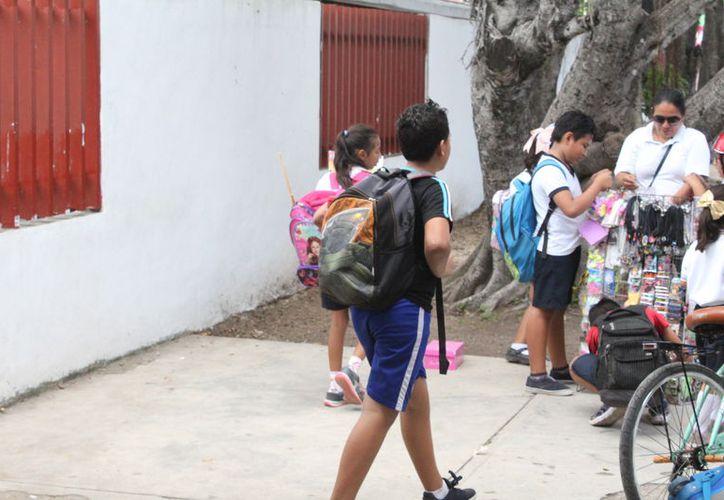 Los estudiantes del nivel básico se alistan para salir de vacaciones, entregan sus últimos proyectos y trabajos escolares. (Joel Zamora/SIPSE)