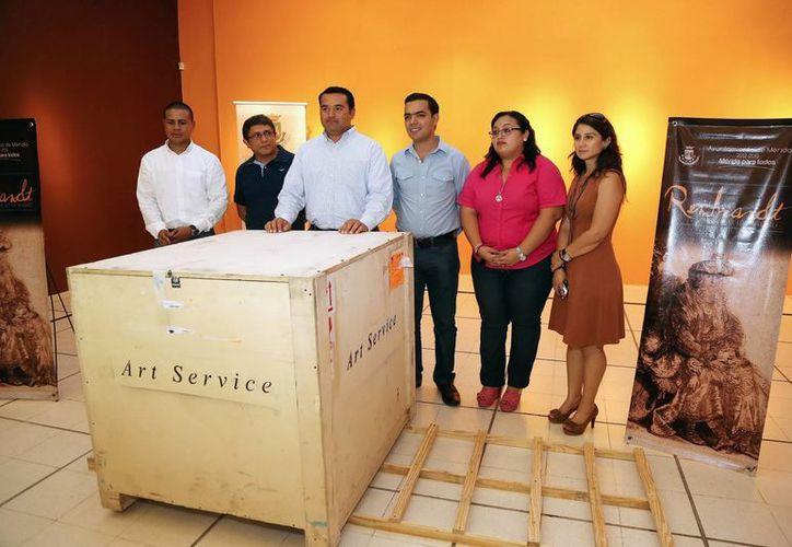 Autoridades municipales recibieron los grabados, que permanecerán en el contenedor hasta el día 15 para ser expuestos. (Milenio Novedades)