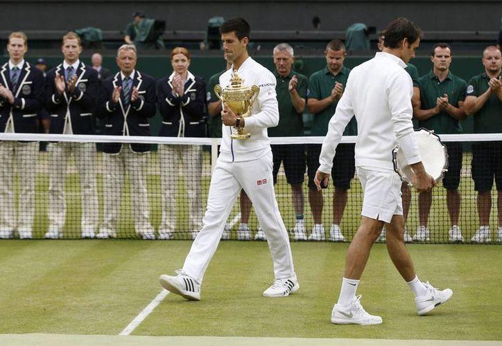 'Nole' igualó a su entrenador, Boris Becker con tres títulos en el 'pasto sagrado' (Foto: AP)