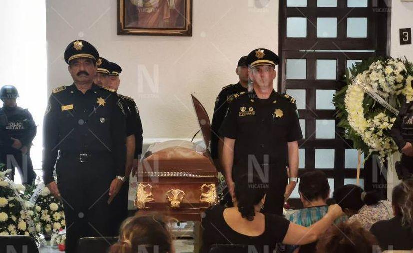 Numerosas personas acudieron al funeral, incluso el titular de la SSP, Felipe Saidén Ojeda, quien hizo guardia de honor. (Novedades Yucatán)