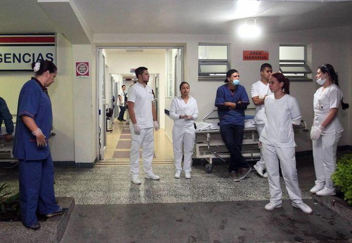 Personal espera la llegada de sobrevivientes del accidente de un avión con 81 personas a bordo, entre ellas el equipo de fútbol Chapecoense de Brasil. (EFE)