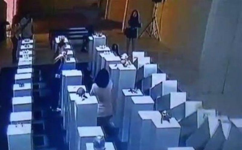 La selfie que destruyó una obra de arte de 200 mil dólares