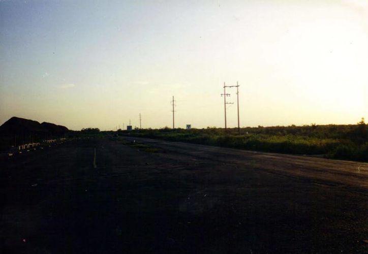 Este es el tramo de la carretera Tixkokob-Tixpéual, en donde se han reportado varios avistamientos de ovnis. (SIPSE)